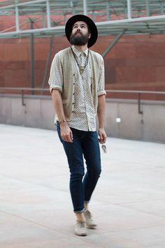 Não é preciso ir muito além para investir no estilo boho. Com uma camisa, um colete e bastante acessórios, esse cara fez um visual bem construído.