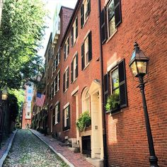 I like this place;). #boston #beantown #bostonmass #massachusettes #MA #eastcoast #newenglandarchitecture #historic #historicnewengland #cobblestones #beaconhill #newengland