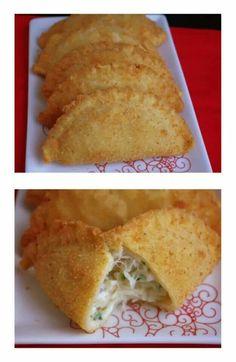 Rissois de bacalhau  ngredientes:  600g de farinha + 2 colheres de sopa de farinha 300g de miolo de camarão 2 colheres de sopa de cebola picadinha 1 dente de alho 100g de manteiga 1 colher de sopa de azeite 2 ovos batidos 1 cubo de caldo de marisco 500ml de leite 1 colher de chá de colorau picante(facultativo) sal e pimenta q.b. pão ralado óleo para fritar  Preparação:   Deite o leite para dentro de um tacho, adicione a manteiga e o colorau, tempere com sal  e pimenta e deixe ferver. Junte…