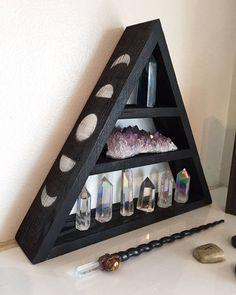 Étagère en bois de cristal de Phase de lune-  Environ 24cm de hauteur.  Disponible en: -Châtain (palissandre indien) et agrémentée d'un design de phase de lune acajou foncé sur les deux côtés du triangle.  -Noir et agrémentée d'une design de phase de lune d'argent sur les deux côtés