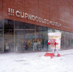 カップヌードルミュージアムのカップヌードルさんの雪かき、除雪作業のあとのカップヌードルが旨そう!              #cupnoodles     #snow