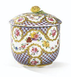 Pot à sucre Calabre couvert en porcelaine tendre de Sèvres du XVIIIe siècle, daté 1774 | Lot | Sotheby's