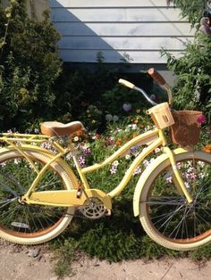 Love this yellow bike as garden wedding decor. Love this yellow bike as garden wedding decor. Flower Yellow, Blue Flowers, Blue Sargent, Velo Vintage, Vintage Bicycles, Aesthetic Vintage, Nature Aesthetic, Aesthetic Yellow, Beach Aesthetic