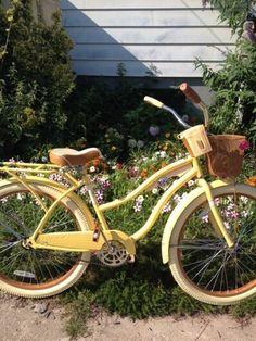 Love this yellow bike as garden wedding decor. Love this yellow bike as garden wedding decor. Velo Vintage, Vintage Bicycles, Kombi Hippie, Bici Retro, Retro Bike, Flower Yellow, Blue Flowers, Blue Sargent, Kiki's Delivery Service