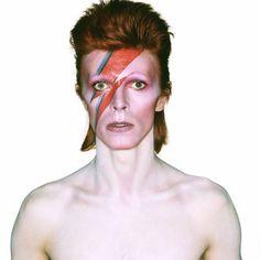 """VIDÉOS. """"David Bowie is..."""": les métamorphoses de l'icône en 4 costumes de scène exposés à Paris"""