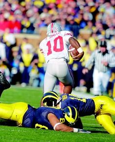 Troy Smith eluding tacklers in OSU's victory over TTUN. College Football Players, Sec Football, Buckeyes Football, Best Football Team, Ohio State Football, Ohio State Buckeyes, Football Season, Football Humor, Football Program