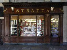 Confetteria Stratta, Piazza San Carlo 191, Torino - La pasticceria-confetteria Stratta è uno dei locali storici di Torino, famosa non solo per i suoi dolci, in particolare i marron glacé, ma anche per aver mantenuto intatto l'arredamento originale del 1836, anno della sua inaugurazione.