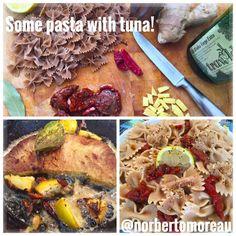 FAST FOOD en casa! Farfalle de semola de trigo duro con tomates secos en aceite de oliva picante, pimiento negro, jengibre, cayene guindillas, limones, y unas cosas mas.  La pasta cocinado con sal, limones, cayene guindillas y una hoja de laurel. El resto añadido después.  El filete de atun con los mismos sabores en una sartén de hierro empezando con vino blanco, agua y aceite de oliva para que coge los sabores de los ingredientes, y terminando con aceite de oliva para dar un toque de color.