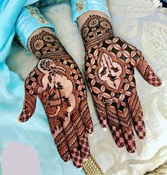 Mehndi designs topping the popularity charts in . - Mehndi-Designs, die die Beliebtheitscharts im Jahr 2018 übertreffen! Mehndi designs topping the popularity charts in charts Henna Hand Designs, Mehndi Designs Finger, Indian Henna Designs, Latest Bridal Mehndi Designs, Modern Mehndi Designs, Mehndi Design Pictures, Mehndi Designs For Girls, Mehndi Designs For Beginners, Wedding Mehndi Designs