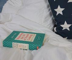 Der Sommer wird langsam herbstlicher, aber wir behalten die sommerliche Leichtigkeit noch ein bisschen in der Wohnung mit unseren wundervollen hellblau-weißen Streifen! http://www.yooyama.de/blog/schlafen/das-fruehstueck-im-bett-oder-i-love-butter