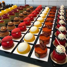 No photo description available. Small Desserts, French Desserts, Gourmet Desserts, Mini Desserts, Plated Desserts, Delicious Desserts, Dessert Recipes, Dessert Cups, Dessert Buffet