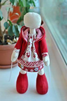 Patrón y tutorial gráfico-visual, con el paso a paso, para hacer este precioso abrigo con capucha, para muñecas. Ideal para muñecas rusas o similar.
