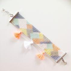 Bracelet large fantaisie pastel et argenté en perles miyuki et pompons, tissé à…