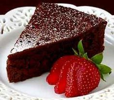 Frozen Strawberry Crunch Cake Is Delicious Flourless Chocolate Cakes, Chocolate Recipes, Sugar Free Desserts, Easy Desserts, Tortas Light, Strawberry Crunch Cake, Doce Light, Frozen Hot Chocolate, Cake Recipes