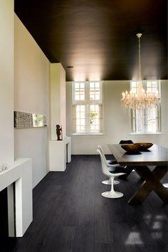 Interieur met donkere vloer en heldere kleuren. Quick-Step Laminaat ...