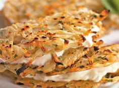 Receita de Tortilhas de batata com requeijão - 4 batatas pequenas, . 2 colheres (sopa) de mussarela ralada, . Sal a gosto, . 1 colher (sobremesa) de salsa picada, . 4 colheres (sopa) de requeijão