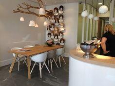 L&N Kantoorinrichting Project Beverwijk, kuipstoeltjes wit met houten…