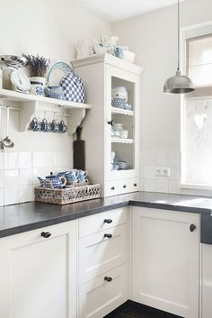 26 ideas for farmhouse chic dining cabinets Cozy Kitchen, Kitchen On A Budget, Kitchen Decor, Kitchen Ideas, Kitchen White, Cottage Kitchens, Home Kitchens, Cocina Shabby Chic, Dining Cabinet