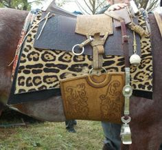 Ensillando Horse Bridle, Horse Gear, Horse Adventure, English Tack, Horse Costumes, Saddles, Dog Harness, Beautiful Horses, Leather Working