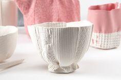 Inspiré de la porcelaine de nos grand mères Rachel Boxnboim utilise différentes texture de tissus et créait des moules dans lesquels elle vient couler de la pâte à porcelaine. Cette collection inspirée de pièces intemporelles est stigmatisée par la qualité des textiles utilisés. Gaufrés, imprimés, tressés les tissus sont figés et donne un aspect unique à ces pièces.