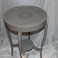 French linen på bordben og Paris Grey på toppladen, så er en gammel kobberbord blevet moderne og stadig ose af masser af personlighed. Der er brugt lak på bordpladen.