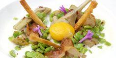 Receta: habitas y alcachofas salteadas con papada ibérica, espuma de patata y yema de huevo http://www.cocina.es/2015/07/30/receta-habitas-y-alcachofas-salteadas/