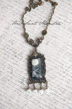 Donna Luna - collana con cabochon rettangolare e cristalli, a ispirazione lunare : Collane di hic-sunt-monstra