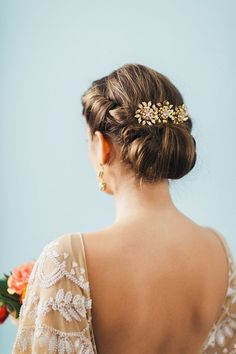 Gorgeous Gibson tuck adorned with a headpiece from Lindsay Marie Bridal | Photo by Jennifer Fujikawa | Hair by Megan Repp