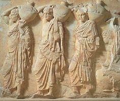 FIDIAS en el PARTENÓN: Friso de las Panateneas, Etapa Clásica (447- 423 a.C.). Por los cuatro lados del friso del Partenón se representa el cortejo procesional de las fiestas panatenaicas, festividad celebrada en honor de Atenea cada cuatro años, que culminaba con la entrega del peplo a la diosa, es decir, una escena real protagonizada por la sociedad ateniense y por el pueblo ático.