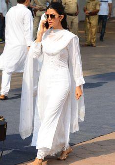 Best Trendy Outfits Part 5 Kurta Designs Women, Salwar Designs, Kurti Designs Party Wear, Blouse Designs, Pakistani White Dress, Pakistani Dress Design, Dress Indian Style, Indian Outfits, Indian Attire