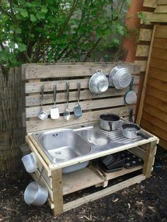 Pallet Outdoor Kitchen / Play kitchen / Mud Kitchen - Pallet Ideas and Easy Pallet Projects You Can Try Kids Outdoor Play, Outdoor Play Spaces, Outdoor Play Kitchen, Outdoor Cooking, Backyard Kitchen, Camping Kitchen, Outdoor Kitchens, Outdoor Learning, Simple Outdoor Kitchen