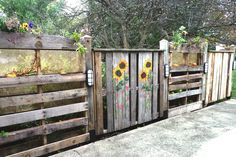 Wood Pallet Part 2:  What to do with a painted wood pallet?  Use it as a focal panel with other pallets made into planters and the whole thing used as a privacy fence for the patio!