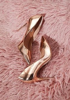 Captivating Gold Heels Shoes Ideas That Every Women Will Love - How can women resist a pair of cute shoes? Particularly, the gold evening shoes which are very popular to women now that can be paired in every dresse. High Heels Boots, Pump Shoes, Shoe Boots, Fancy Shoes, Me Too Shoes, Crazy Shoes, Rose Gold Heels, Metallic Pumps, Beautiful Shoes