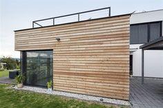 Fotogalerie: Dům tvoří dva kvádry s různými povrchovými materiály. Menší má provětrávanou...