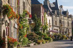 """Rochefort-en-Terre (Morbihan), région Bretagne : """"Un village fleuri aux 50 artisans"""""""
