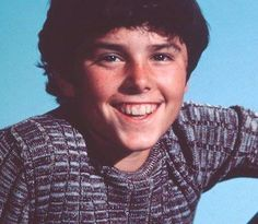 Peter looked so much better in the early seasons.I hated his later hairdo. 70s Tv Shows, The Brady Bunch, Family Tv, It Takes Two, Christopher Knight, Old Tv, Best Tv, Gorgeous Hair, Cute Guys