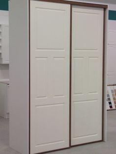 • Liukuovissa 4-peilinen valkoinen mdf-ovi, pähkinä kehys •
