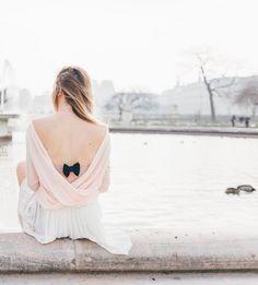 Le Bow Paris, maitre dans l'art de sublimer n'importe quelle attache de soutien-gorge a un plan pour les sauver. Avec ses petits noeuds à enfiler au niveau des agrafes, il transforme vos dessous en parements de dos résolument chics et raffinés...