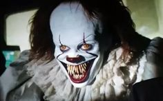 A hilarious outtake from Stephen King's IT rewrites the infamous opening encounter between Pennywise the Clown and Georgie. Le Clown, Creepy Clown, Scary Movies, Horror Movies, Pennywise The Dancing Clown, Blade Runner 2049, Bill Skarsgard, Evil Clowns, Jokers