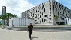 Masjid Al-Irsyad, Bandung, Indonesia. Architect: Ridwan Kamil Transcendent interpretation of mosque' design Indian Architecture, Interior Architecture, Islamic Bank, Beautiful Mosques, Java, Facade, Skyscraper, Modern Design, Multi Story Building