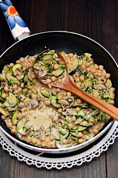 Courgette and chickpea curry with mushrooms - recipe- Recipe for zucchini-chickpea curry with mushrooms. Simple, filling and delicious chickpea curry with zucchini, mushrooms and coconut milk. This dish is vegan, gluten free and low carb. Vegetarian Recipes Dinner, Vegan Dinners, Healthy Dinner Recipes, Crock Pot Recipes, Stuffed Mushrooms, Stuffed Peppers, Chickpea Curry, Healthy Eating Tips, Mushroom Recipes