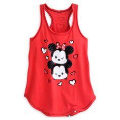 Esta moderna camiseta Tsum Tsum resulta ideal para el verano. Está decorada con una original imagen de Mickey y Minnie representados en su forma Tsum Tsum, con detalles afelpados, y tiene un estampado de corazones en la parte trasera y originales bordes sin rematar.
