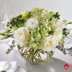 Centre de table composé de fleurs pour réception de mariage.