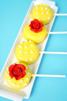 Beauty and the Beast Oreo Pops Beauty and the Beast Oreo Pops are the perfect sweet treat to celebrate the new live-action Disney movie premiere, and they're super quick and easy to make! Beauty And Beast Birthday, Beauty And The Beast Theme, Beauty And Beast Wedding, Beauty Beast, Oreo Pops, Disney Birthday, Princess Birthday, 5th Birthday, Birthday Ideas