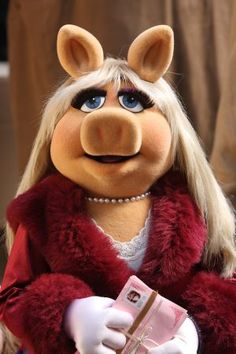 """""""How far should a girl go on the first date? Tucson. However, if you live in Texas, you can probably go a bit farther.""""    ~Miss Piggy"""