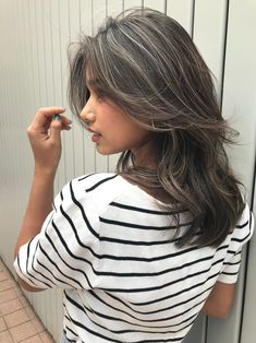 Makeup colors suitable for black hair - Makeup colors suitable for black hair If you have black hair, are you ready to get inspired? Light Brown Hair, Dark Hair, Ombre Hair, Balayage Hair, Pelo Color Plata, Lila Make-up, Curly Hair Styles, Natural Hair Styles, Shoulder Length Hair