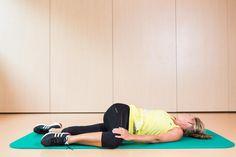 Drehdehnung in der Rückenlage Ausgangsposition: Rückenlage, ein Fuß auf dem Knie, die Gegenhand am gebeugten Bein. Mit der Hand das Knie sanft in Richtung Boden ziehen, den Kopf in die Gegenrichtung zum ausgestreckten Arm drehen. Die Schulter des seitlich abgelegten Armes bleibt an der Matte. Lassen Sie den Rücken nach unten sinken, Hüfte des aufgestellten Beines locker lassen.  #Dehnung #workout #Training #beactive #Bewegung #fit #fitness