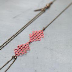 COLLAR SWING By FRENCH TOUCHE Con un estilo vintage muy parisino nos encanta este collar en bronce de color, esmalte rojo.  Síguenos en Facebook: https://www.facebook.com/ChicPlace.es