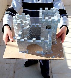 Brick laying - Made a Red Wall castle. Time consuming, but worth it. I added hay to my batch. Stem Projects, History Projects, School Projects, Projects For Kids, Diy For Kids, Crafts For Kids, Castillo Feudal, Play Structures For Kids, Pop Can Crafts