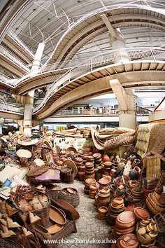 Para guardar um pouco do Ceará na mala, o Mercado Central tem de tudo: dos confins do sertão à beira d'água. Passeie pelas colunas infinitas de roupas, temperos, artesanatos e não deixe de provar a manteiga da terra: ao gosto de cabra da peste.